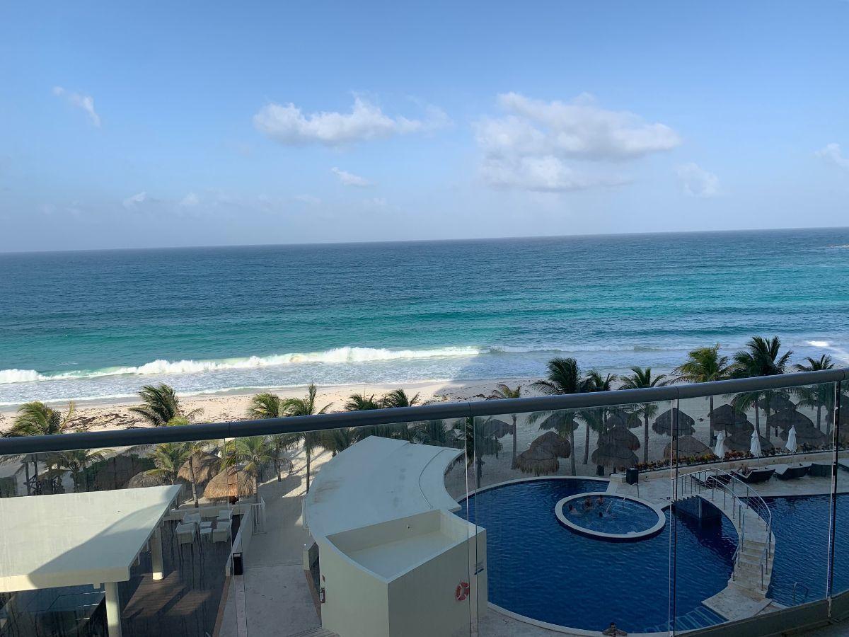MLS-BRCA200  Condominio a la venta en Lahia Cancun  Hermosa residencia de lujo frente al mar en Lahia Spa Residences con vistas panorámicas del Caribe y la Laguna. Ubicado en la Zona Hotelera de Cancún a solo 12 minutos del aeropuerto, cerca de restaurantes y tiendas, pero lejos del ruido de la zona de antros.  Todas las recamaras tienen balcón von vista al mar o la laguna.  Ventanas de piso a techo lo que permite entrada de luz natural.  Elevador con acceso directo al condominio.  140 metros de frente de playa, con area de palapas y camastros.  Recamara principal con acceso a terraza con vista al mar.  Detalles de la propiedad: Sala Comedor Sala de tv Cocina integral de madera con cubierta de granito y accesorios de acero inoxidable. Terraza con jacuzzi frente al mar Cuarto de lavado  Amenidades: cancha de tenis  alberca infinity gimnasio de dos pisos con vista al mar spa con jacuzzi y areas privadas de masaje area de juegos infantiles  Area para adolescentes seguridad con acceso controlados  elevadores  Snack bar Restaurante Centro de negocios Playa privada con mobiliario y palapas  3 Recamaras 3 Bańos completos Superficie: 275 m2  Precio: 1'500,000 USD  (28'500,000 PESOS)  Si quieres conocer esta y otras propiedades en la zona hotelera de Cancun, comunícate con nosotros y con gusto te asesoramos. EasyBroker ID: EB-DX2028 4