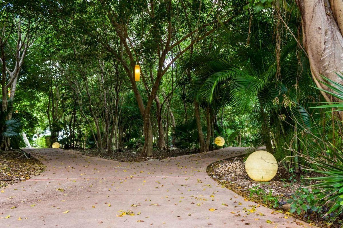 MLS-DCA215  Condo de 2 Recamaras en Arbolada, Cancun  40 Condos Ubicados en la nueva fase de Arbolada Residencial, donde se vive y se disfruta la verdadera naturaleza de Cancún.  Combina lo increible de la naturaleza con lo emocionante del diseño.  - Equipados con todo lo que se necesita para las comodidades de la vida diaria. - Acabados de lujo, con espacios 100% funcionales. - Sala / comedor con cocina integral. - Cubiertas de mármol y granito en baños y cocina. - Carpintería de diseño. - Dos recamaras y dos baños completos. - Diseño de iluminación a base de LEDs  Amenidades  - 50% Áreas verdes. - Alberca con calentadores solares. - Acceso controlado. - Circuito cerrado de vigilancia. - Vigilancia las 24 hrs. - Wi Fi en áreas comunes. - BBQ y Bar Área.   Disponibilidad:  2 Recamaras 2 Baños Balcon 70 m2 Precio: $ 2'055,391 MXN ( $ 108,200 USD).  El precio puede cambiar de acuerdo a la disponibilidad, demanda y al avance de la obra, contactanos para confirmar el precio actual. EasyBroker ID: EB-EH4743 5