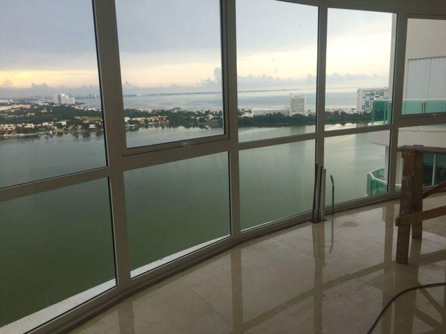 MLS-BRCA201  Penthouse de lujo frente al mar a la venta en Bay View Grand Cancun Zona Hotelera  Terraza amplia que rodea el condominio con vistas panorámicas al mar y la laguna.  Ventanas de piso a techo corredizas que crean un espacio indoor / outdoor  Amenidades: Alberca infinity Spa de clase mundial Juegos infantiles Restaurant Internacional Cancha de Tenis Gimnasio Club de playa privado  Sundeck con area de camastros Snack bar Elevadores Seguridad 24 hrs y acceso controlado  2 Estacionamientos Recámaras:     4 Baños:          4 Estacionamiento:2 Construcción:    541 m2  Precio: 2'500,000 USD (47'500,000 PESOS). EasyBroker ID: EB-DX2217 6