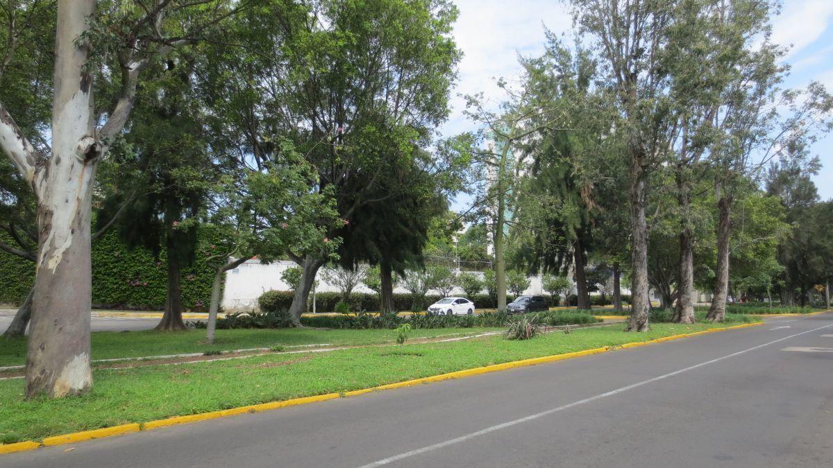 CASA DE DOS NIVELES, PLANTA BAJA: RECIBIDOR, SALA-COMEDOR, 1/2 BAÑO, COCINA, SALA DE TV, 2 RECAMARAS, 1 BAÑO COMPLETO Y PATIO, COCHERA, CON UN ESPACIO MAS PARA PONER OTRA COCHERA. PLANTA ALTA:  1 RECAMARA CON BAÑO, CUARTO DE SERVICIO CON BAÑO. EasyBroker ID: EB-EB0616 1