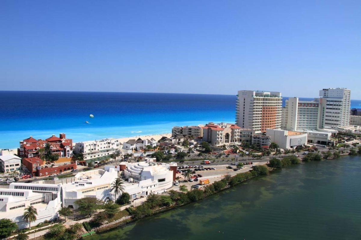 MLS-DCA203 Excelente oportunidad de inversion, Condo a la venta en Cancun Departamento de lujo ubicado dentro de Puerto Cancun, un residencial privado cerca de las zonas mas exclusivas de Cancun. Este desarrollo cuenta con acabados que destacan la exclusividad y confort. Sus amplias terrazas te permiten disfrutar de un hermoso paisaje y de una convivencia al aire libre. Cuenta con amplios jardines, un lobby y gimnasio. Fuera de la torre, se encuentra una piscina de nado y una alberca recreativa, un asoleadero, baños y áreas de convivencia donde el verde predomina con su bella vista al campo de golf. Este departamento te frece extraordinarias amenidades con espacios amplios en un ambiente agradable donde encontrarás sin duda, tranquilidad y confort. amenidades •Seguridad 24/7 •Lobby •Cuarto de juegos •Alberca de nado y recreativa •Asoleadero •Grandes jardines •Spa y sauna •Gym •Cancha de Paddle Tennis •Cancha de fútbol y basquetbol •Business center •Kids club •Salón de usos múltiples •Bodega •Estacionamiento •subterráneo y de visita 2 recamaras 2 baños 158 m2 $ 6,901,000 MXN ($ 363,211 USD) 3 PENTHOUSE recamaras 3 y un medio baño 313 m2 $ 12,844,000 MXN ($ 676,000 USD) El precio puede cambiar de acuerdo a la disponibilidad, demanda y al avance de la obra, contactanos para confirmar el precio actual. #iowncancun #cancunrealstate #cancuncondos  #puertocancun #cancuncondominiums #cancunbroker #cancunlisting #cancunrealty #cancun #cancunlifestyle #Luxurycancun. EasyBroker ID: EB-EA0253 23