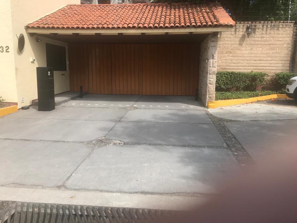 HERMOSA RESIDENCIA EN CONDOMINIO EL VIVERO UBICADO EN FRACC COLINAS DE SAN JAVIER CON UNA SUPERFICIE DE TERRENO DE 343.74 M2 EN UN EXCLUSIVO COTO DE SOLO 16 CASAS CUENTA CON UNA COCHERA PARA 4 AUTOS 2 TECHADOS Y DOS SIN TECHO CUENTA CON UN AMPLIO JARDIN SALA PRECIOSA CHIMENEA REA MEDIO BAÑO AMPLIO COMEDOR EQUIPADA COCINA INTEGRAL Y MUY AMPLIA DONDE CUENTA CON UN ARMONIOSO ANTECOMEDOR ELEVADOR  SEGUNDA PLANTA RECAMARA PRINCIPAL CON BAÑO COMPLETO 2 RECAMARAS MUY AMPLIAS COMPARTIENDO UN BAÑO CON BASTANTE ILUMINACION SALA DE STAR MUY AMPLIA  CUENTA CON UN HERMOSO PARQUE RODEADO DE HERMOSAS Y CUIDADAS AREAS VERDES TIENE EXCELENTE SERVICIO DE SEGURIDAD Y UN JARDINERO QUE MANTIENE LAS AREAS VERDES HERMOSAS CUENTA CON CAMARAS DE VIGILANCIA DENTRO Y FUERA DEL CONDOMINIO CERCA ELECTRICA SERVICIO DE AGUA POR HIDRONEUMATICO PARA TODAS LAS CASAS PANELES SOLARES PARA EL CONSUMO DE LOS SERVICIOS ENCARGADO DE MANTENIMIENTO Y LIMPIEZA TODOS LOS DIAS  SA5. EasyBroker ID: EB-EL9062 3