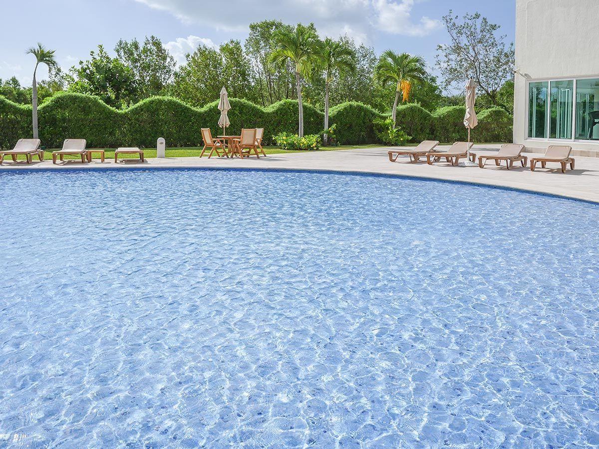 MLS-DCA203 Excelente oportunidad de inversion, Condo a la venta en Cancun Departamento de lujo ubicado dentro de Puerto Cancun, un residencial privado cerca de las zonas mas exclusivas de Cancun. Este desarrollo cuenta con acabados que destacan la exclusividad y confort. Sus amplias terrazas te permiten disfrutar de un hermoso paisaje y de una convivencia al aire libre. Cuenta con amplios jardines, un lobby y gimnasio. Fuera de la torre, se encuentra una piscina de nado y una alberca recreativa, un asoleadero, baños y áreas de convivencia donde el verde predomina con su bella vista al campo de golf. Este departamento te frece extraordinarias amenidades con espacios amplios en un ambiente agradable donde encontrarás sin duda, tranquilidad y confort. amenidades •Seguridad 24/7 •Lobby •Cuarto de juegos •Alberca de nado y recreativa •Asoleadero •Grandes jardines •Spa y sauna •Gym •Cancha de Paddle Tennis •Cancha de fútbol y basquetbol •Business center •Kids club •Salón de usos múltiples •Bodega •Estacionamiento •subterráneo y de visita 2 recamaras 2 baños 158 m2 $ 6,901,000 MXN ($ 363,211 USD) 3 PENTHOUSE recamaras 3 y un medio baño 313 m2 $ 12,844,000 MXN ($ 676,000 USD) El precio puede cambiar de acuerdo a la disponibilidad, demanda y al avance de la obra, contactanos para confirmar el precio actual. #iowncancun #cancunrealstate #cancuncondos  #puertocancun #cancuncondominiums #cancunbroker #cancunlisting #cancunrealty #cancun #cancunlifestyle #Luxurycancun. EasyBroker ID: EB-EA0253 5
