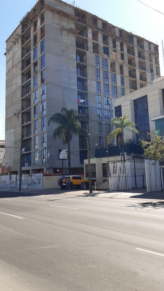 Les presento la Torre Lumina localizada en el corazón de la Colonia Chapultepec en la Av. Hidalgo esquina calle Manuel M. Diéguez.   Ofrezco un local comercial en venta rentado a una franquicia de Café de Veracruz, con un contrato de dos años.  Tiene un costo de $ 4,850,000 (Mas él IVA Correspondiente) y una superficie de 147 m2 dando un rendimiento anual de 8.4%.  La torre concentra  84 departamentos  Nivel A/B. Contamos con 3 locales comerciales en venta en Planta Baja desde: 147 m hasta 239 m.  Comprar locales comerciales se ha convertido en la mejor opción de inversión.   Le adjunto una presentación de los locales comerciales en la parte de abajo. EasyBroker ID: EB-DX6462 2