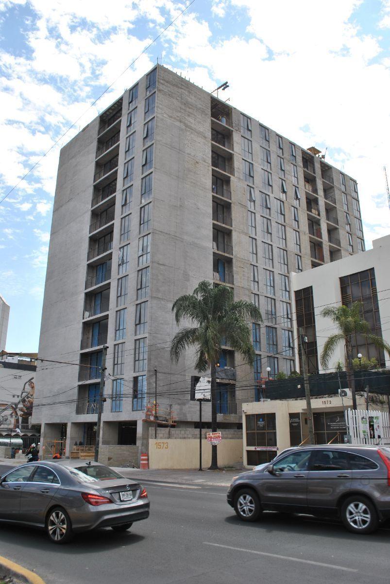 Les presento la Torre Lumina localizada en el corazón de la Colonia Chapultepec en la Av. Hidalgo esquina calle Manuel M. Diéguez.   Ofrezco un local comercial en venta rentado a una franquicia de Café de Veracruz, con un contrato de dos años.  Tiene un costo de $ 4,850,000 (Mas él IVA Correspondiente) y una superficie de 147 m2 dando un rendimiento anual de 8.4%.  La torre concentra  84 departamentos  Nivel A/B. Contamos con 3 locales comerciales en venta en Planta Baja desde: 147 m hasta 239 m.  Comprar locales comerciales se ha convertido en la mejor opción de inversión.   Le adjunto una presentación de los locales comerciales en la parte de abajo. EasyBroker ID: EB-DX6462 4