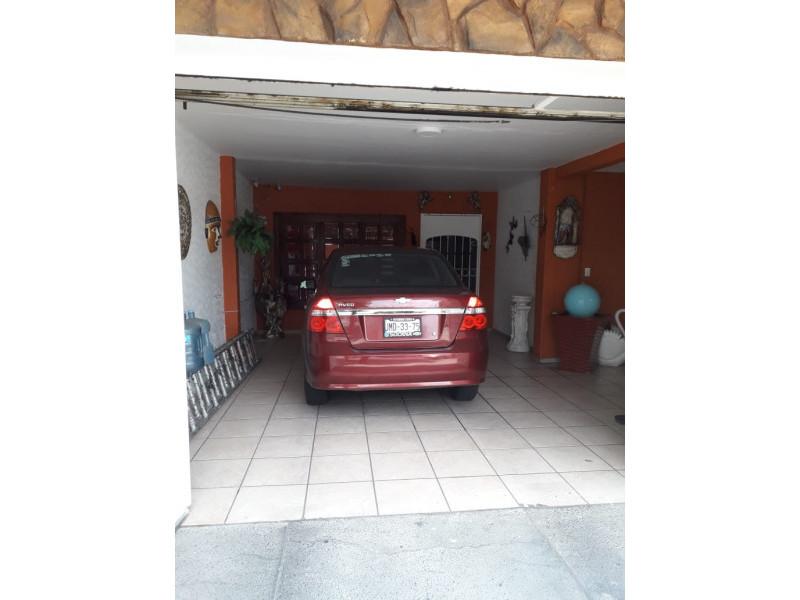 Se Vende casa en Colonia Santa Rosa, Guadalajara, Jal.  Casa en venta en Col. Santa Rosa, en la planta baja cuenta con cochera cubierta para 2 autos, sala, comedor, cocina integral, baño completo. En primer nivel 3 recamaras y patio de servicio. En el 2do nivel terraza con protecciones cuenta con malla electrificada, se encuentra en muy buenas condiciones. La propiedad tiene 1 año de remodelación.      21