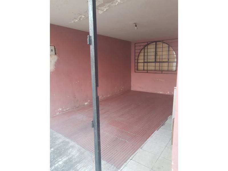 Casa ubicada a dos cuadras de Lázaro Cárdenas y del Mercado de Abastos, excelente ubicación para bodegas o para uso comercial. El precio es negociable. 3