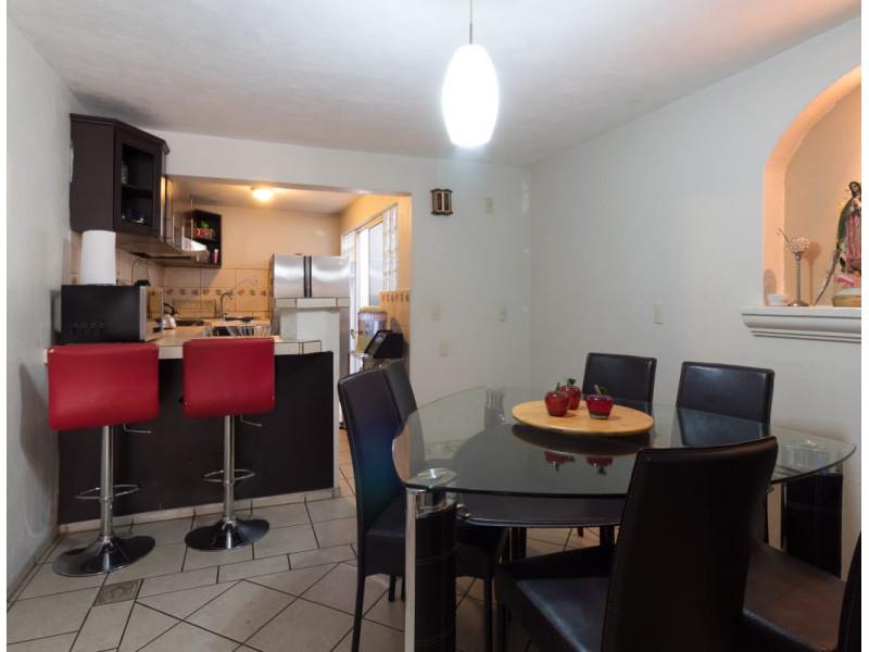 Bonita casa en Venta en Residencial San Elías, Guadalajara. La casa está construida en 2 niveles, cuenta con sala comedor cocina integral, cuarto de servicio, medio baño en planta baja, estudio, 2 recamaras con baño completo, la principal con vestidor amplio con espacio para blancos, cochera para 1 auto. Se queda con todos los accesorios, persianas, ventiladores y estufa. La casa mide 4 x 18, son 75 m2 de terreno y 120 m2 de construcción aprox. En excelente ubicación, cerca de Av. De los Normalistas, Monte San Elías, Sierra Leona, Av. Fidel Velázquez, Calzada Independencia, Av. Circunvalación, Periférico Norte, Estadio Jalisco, Parque Tucson, Macrobus. 3