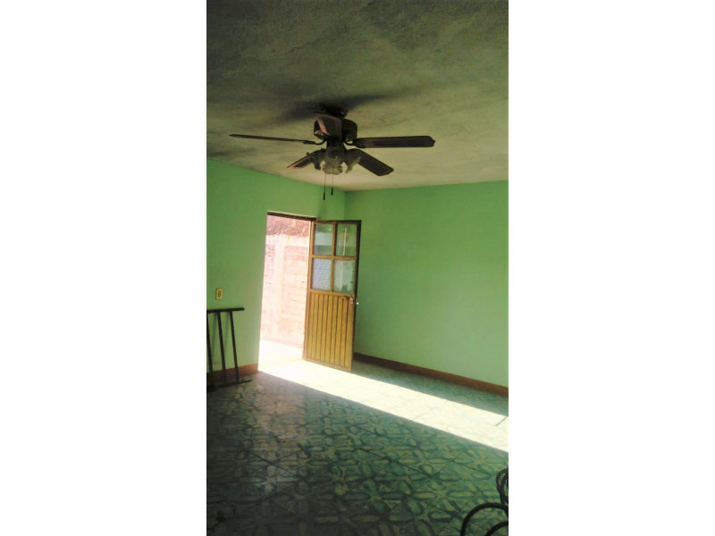La casa se encuentra cerca de la Av. Juan pablo II y Av Circunvalación Oblatos. En la planta baja cuenta con cocina, sala - comedor, 2 habitaciones, 1 baño completo y un patio Planta alta: 2 habitaciones, un patio pequeño y un cuarto con tejaban. Libre de gravamen. 3