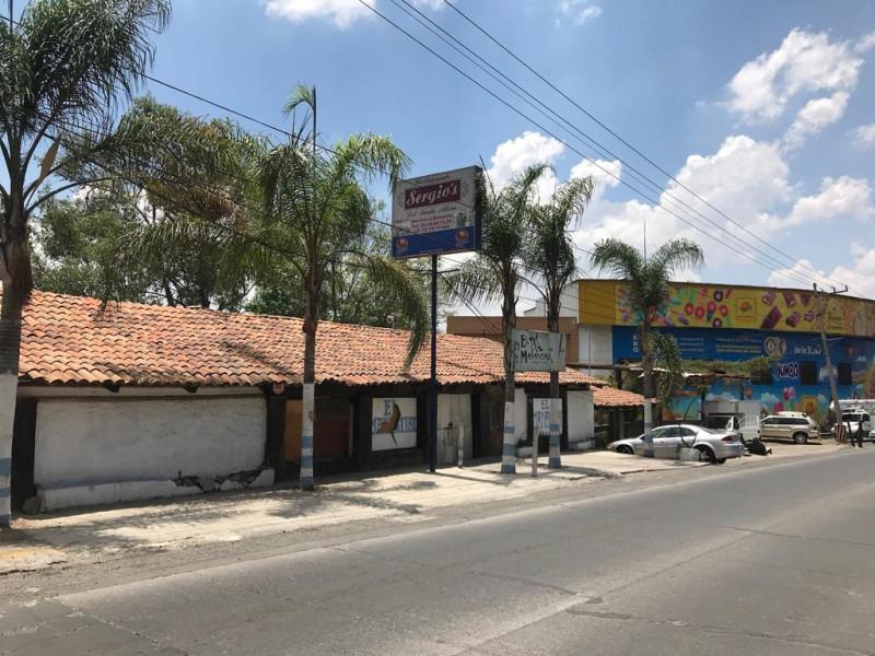 Local comercial de 312 m2 ubicado en Tlajomulco Centro, sobre Cto. Metropolitano Sur esquina con calle Juárez, (A un lado de Dulces de la Rosa), licencia de giro de restaurant bar pero abierto a cualquier tipo de comercio por su excelente ubicación.  3