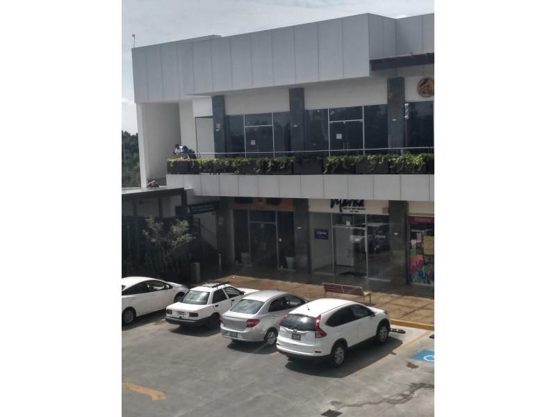 Centro comercial moderno y con excelente ubicación, frente al Fraccionamiento Residencial del Pilar, cercano al Club de Golf Santa Anita. Los locales cuentan con doble altura lo cual permite ampliar su espacio en metros cuadrados. 3