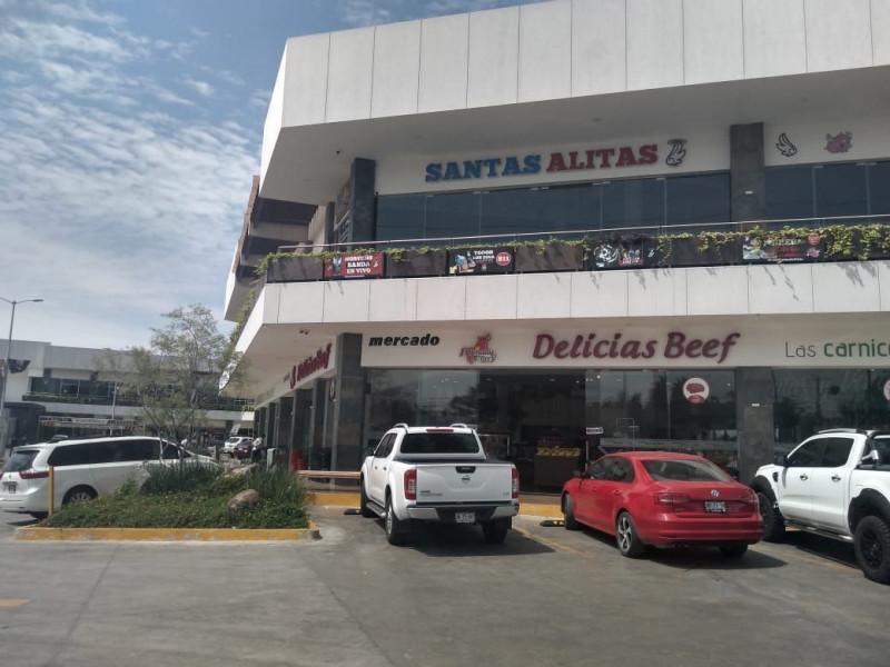 Centro comercial moderno y con excelente ubicación, frente al Fraccionamiento Residencial del Pilar, cercano al Club de Golf Santa Anita. La renta del kiosko incluye espacio para mesas y sillas y el giro deberá de ser para venta de alimentos, nieves, crepas, botanas, etc. 3