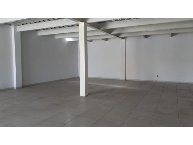 Local comercial nuevo, en planta baja, a media cuadra de Adolph Horn, en avenida muy transitada, zona de mucho crecimiento, muy cerca del Autodromo de Guadalajara, frente a coto Sendero Real, Apto para cualquier giro, excepto bar, cuenta con medio baño y cortinas metálicas. 3