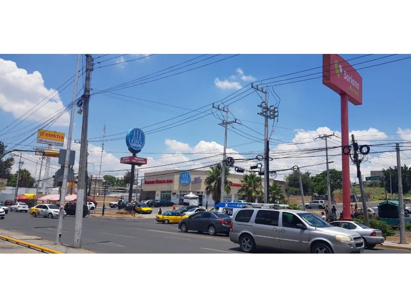 Increíbles Locales en RENTA, en Plaza Santa Fe, Tlajomulco de Zuñiga con ubicación privilegiada con alto flujo vehicular y peatonal.   Local 10 en Planta Alta $16,000 con 100 M2 Local 5 en Planta Baja $35,000 con 100 M2 Local 6 en Planta Baja $50,000 con 150 M2 Tiene una apertura al final detrás de las escaleras  3