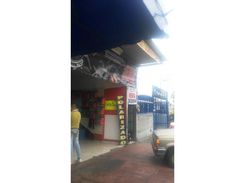 Excelente local comercial ubicado sobre la Av. Artesanos en zona de mucho tránsito peatonal y vehicular en la colonia Oblatos. Incluye un departamento de 3 recamaras. Excelente oportunidad. 3
