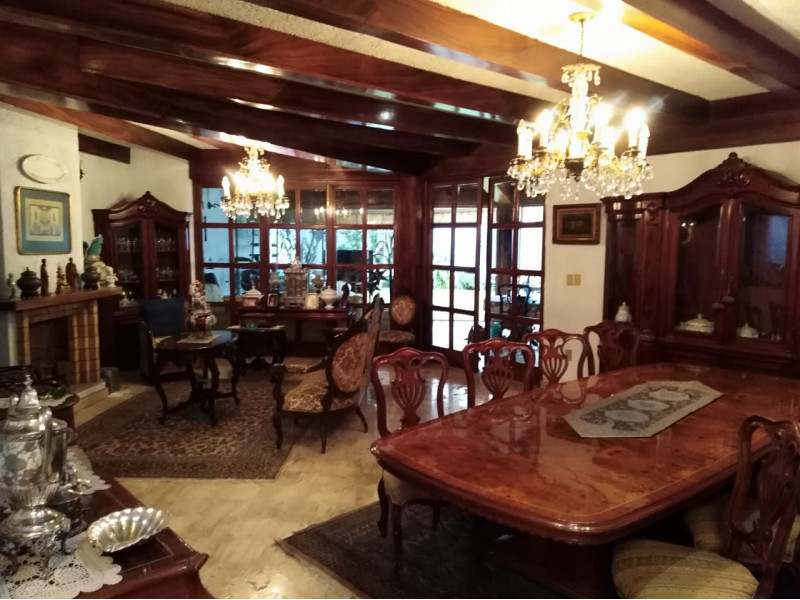 Casa ubicada en la colonia chapalita, se vende como terreno, ideal para desarrollo vertical o para Hotel Boutique.   3
