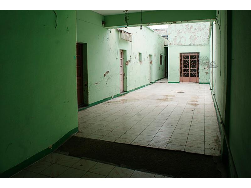 Casa muy amplia con muchas habitaciones, util para casa de asistencia, renta de cuartos, patio muy amplio, en calle tranquila en condiciones de remodelación y restauración. 4