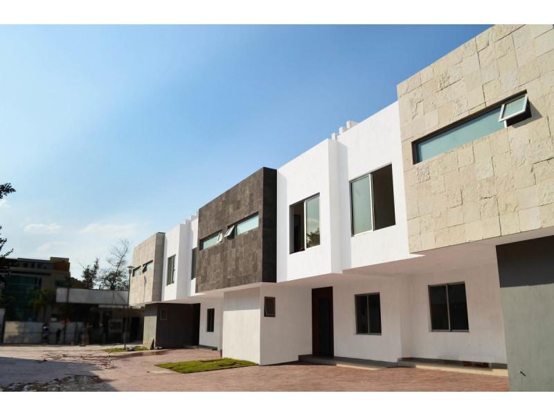 Hermosas Casas Residenciales en Bosques de la Victoria coto privado de solo 11. EXCELENTE UBICACIÓN a una cuadra de LAPIZLAZULI, A unas cuadras de PLAZA DEL SOL, salida a Mariano Otero y Lopez Mateos, cerca Expo Guadalajara, Parques, Escuelas, Hoteles, etc. Previa cita (33)1130 7470   Precios desde $5,450,   Casas de 3 Plantas desde 132 m2 de superficie de terreno y 245 m2 de construcción. Terminados de primera.   PLANTA BAJA :  Estacionamiento 2 autos, Estudio ; Medio Baño, Sala, Comedor, COCINA INTEGRAL EQUIPADA, patio de servicio, jardin.   2o NIVEL :  Gran Recámara Principal con AMPLIO BAÑO Y VESTIDOR. Sala de estar, dos recámaras que comparten un baño completo.   3 er Nivel  Terraza roof, Medio Baño Cuarto de Lavado. 4