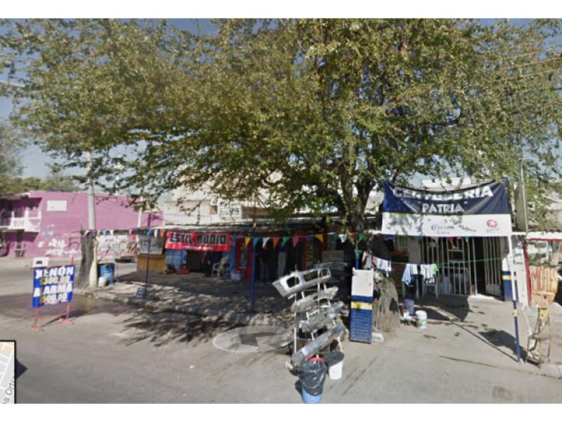 Excelente Propiedad en zona comercial y en esquina. Cuenta con 25 m sobre Av. Patria donde hay 5 locales comerciales con cortina metalica y tiene también 100 m² de Casa Habitación con 2 recámaras y 2 baños.  4