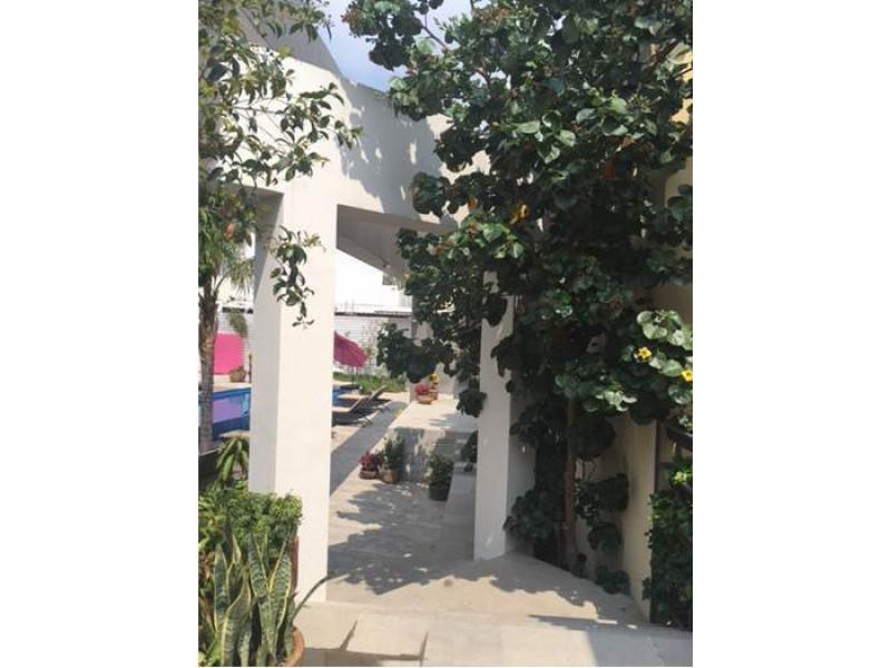 Lindas casas con excelente ubicación en coto desarrollado por el Arquitecto Rafael Barragán, conocido prestigio y alta calidad en diseño y estructura. Cuenta con 1,800 metros de hermosas áreas comunes de lujo con alberca de agua salada, ciclopuerto, salón de usos múltiples, gimnasio, terrazas, centro de negocios y vigilancia 24 horas. Tecnología Leed sustentable, sistemas ahorradores, ambiente ecológico y totalmente verde. Solo 44 viviendas desarrolladas en un total de casi 1,000 metros.  Entrega inmediata!   La casa cuenta con cochera techada para dos autos, sala, comedor, cocina con barra desayunadora de granito, area de servicio con baño, medio baño de visitas, terraza, sala y comedor. En el segundo nivel, sala de T.V. Dos recámaras, cada una con baño, walk in closet, terracita-balcón. En tercer nivel, estudio que puede acondicionarse como una tercera recámara, baño completo y agradable terraza con vista panorámica.  Metros de terreno: 157 Metros de construcción: 241  Whatsapp: 331080-9527 4