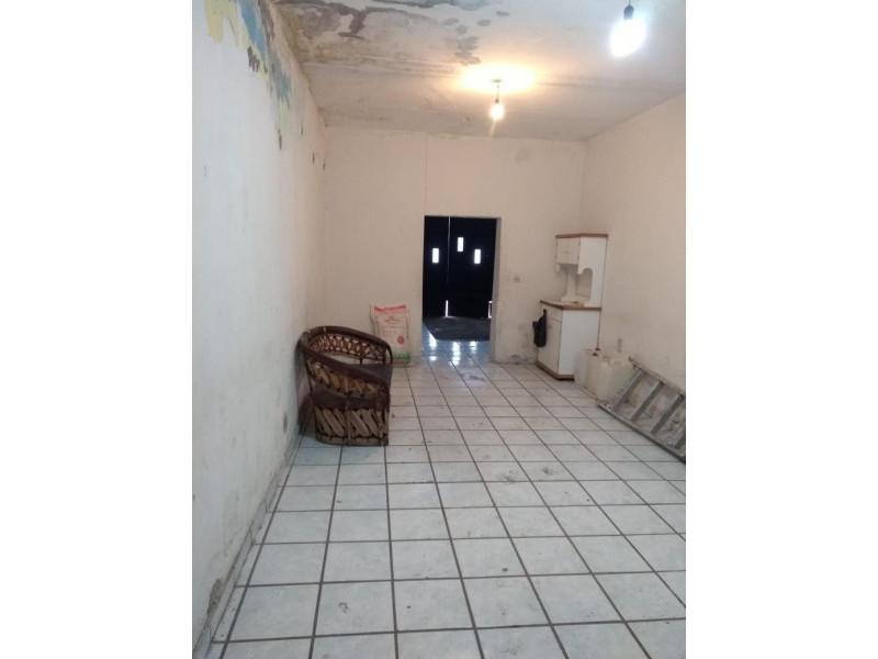 Casa con 3 recamaras, 3 baños,  independiente esta la cochera con cuarto y baño, pasillo al patio de unos 100 mts con tejaban. Ideal para casa y bodega, una planta, cerca de Medrano. 4
