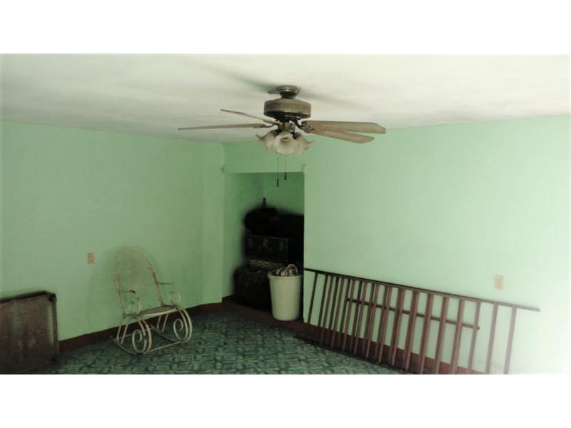 La casa se encuentra cerca de la Av. Juan pablo II y Av Circunvalación Oblatos. En la planta baja cuenta con cocina, sala - comedor, 2 habitaciones, 1 baño completo y un patio Planta alta: 2 habitaciones, un patio pequeño y un cuarto con tejaban. Libre de gravamen. 4