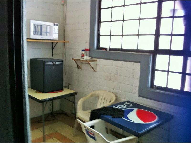Local, bodega con oficinas de 2 pisos con estacionamiento muy bueno, actualmente esta rentado en 11,. 4
