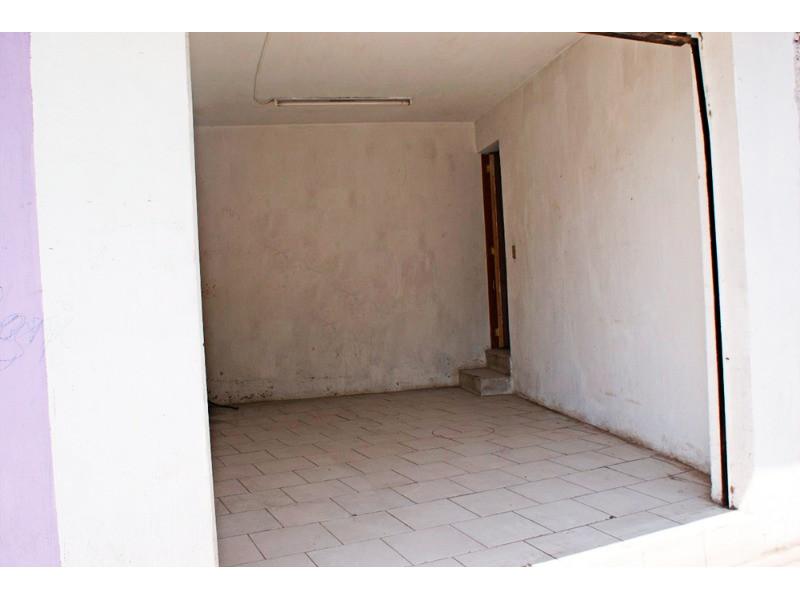 Excelente Casa para Inversión. Cuenta con 6 Locales Comerciales y 1 Departamento con 3 recámaras con clóset cada uno, 1 baño completo, cuenta con cocineta , 5 medios baños, 220 mts de construcción. Ubicada sobre avenida con mucha afluencia de trafico y peatones a cuadra y media de la Farmacia Guadalajara. 4