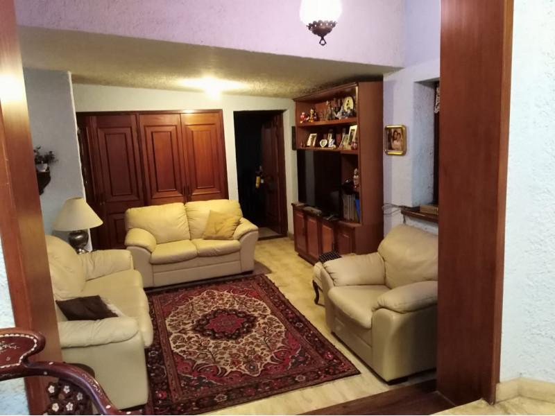 Casa ubicada en la colonia chapalita, se vende como terreno, ideal para desarrollo vertical o para Hotel Boutique.   4