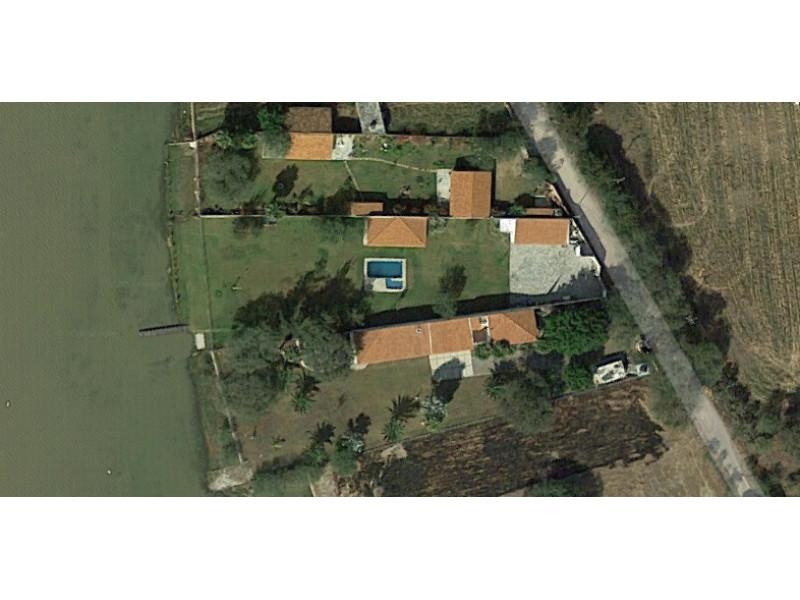 Terreno en Villa Corona, Jalisco. Frente a la laguna. Cuenta con una terraza, cocineta, 2 baños, alberca con chapoteadero y equipo, embarcadero con un pequeño muelle, cisterna de 10m3, bardas laterales y  3 bodegas. tel. para cita (33)15664050. 4