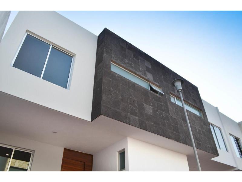 Hermosas Casas Residenciales en Bosques de la Victoria coto privado de solo 11. EXCELENTE UBICACIÓN a una cuadra de LAPIZLAZULI, A unas cuadras de PLAZA DEL SOL, salida a Mariano Otero y Lopez Mateos, cerca Expo Guadalajara, Parques, Escuelas, Hoteles, etc. Previa cita (33)1130 7470   Precios desde $5,450,   Casas de 3 Plantas desde 132 m2 de superficie de terreno y 245 m2 de construcción. Terminados de primera.   PLANTA BAJA :  Estacionamiento 2 autos, Estudio ; Medio Baño, Sala, Comedor, COCINA INTEGRAL EQUIPADA, patio de servicio, jardin.   2o NIVEL :  Gran Recámara Principal con AMPLIO BAÑO Y VESTIDOR. Sala de estar, dos recámaras que comparten un baño completo.   3 er Nivel  Terraza roof, Medio Baño Cuarto de Lavado. 5