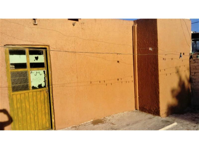 La casa se encuentra cerca de la Av. Juan pablo II y Av Circunvalación Oblatos. En la planta baja cuenta con cocina, sala - comedor, 2 habitaciones, 1 baño completo y un patio Planta alta: 2 habitaciones, un patio pequeño y un cuarto con tejaban. Libre de gravamen. 5