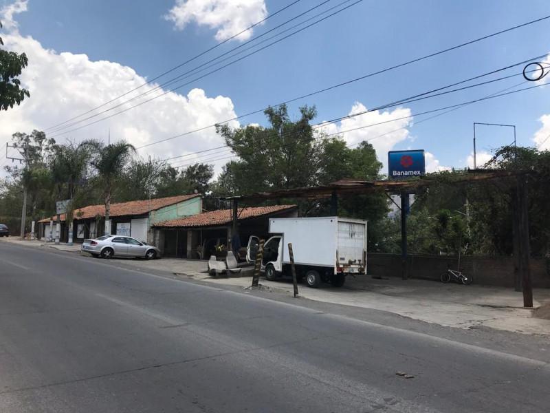 Local comercial de 312 m2 ubicado en Tlajomulco Centro, sobre Cto. Metropolitano Sur esquina con calle Juárez, (A un lado de Dulces de la Rosa), licencia de giro de restaurant bar pero abierto a cualquier tipo de comercio por su excelente ubicación.  5
