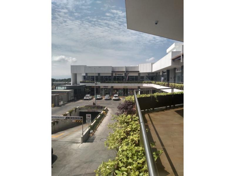 Centro comercial moderno y con excelente ubicación, frente al Fraccionamiento Residencial del Pilar, cercano al Club de Golf Santa Anita. Los locales cuentan con doble altura lo cual permite ampliar su espacio en metros cuadrados. 5