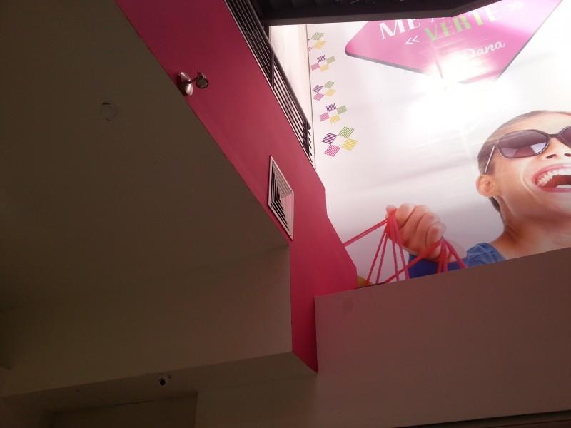 Local tipo ISLA  con excelente ubicación, en Plaza NUEVA, en pleno centro de Guadalajara. La plaza cuenta con baños, escalera electrica, pantallas, mucha seguridad. Se encuentra en Planta Baja, en esquina, completamente equipada, con vitrina nueva de leds.  5