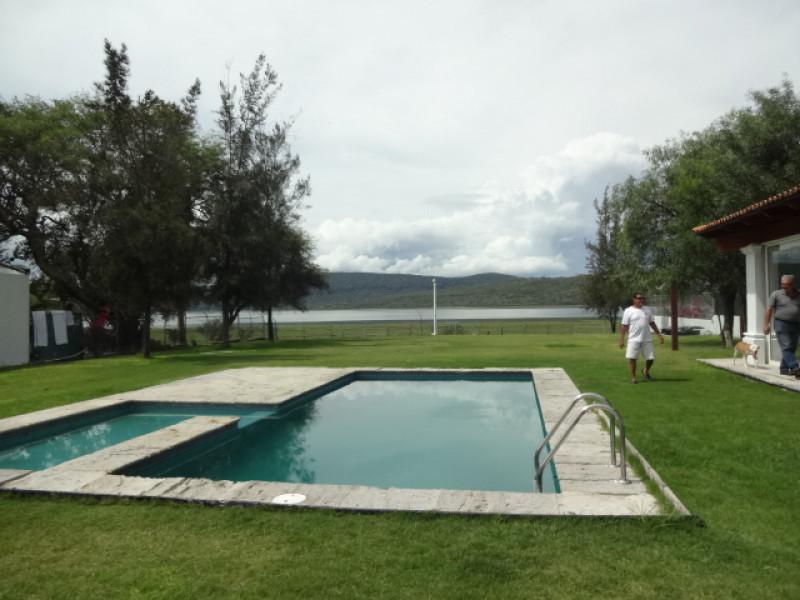 Terreno en Villa Corona, Jalisco. Frente a la laguna. Cuenta con una terraza, cocineta, 2 baños, alberca con chapoteadero y equipo, embarcadero con un pequeño muelle, cisterna de 10m3, bardas laterales y  3 bodegas. tel. para cita (33)15664050. 5