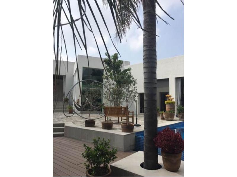 Lindas casas con excelente ubicación en coto desarrollado por el Arquitecto Rafael Barragán, conocido prestigio y alta calidad en diseño y estructura. Cuenta con 1,800 metros de hermosas áreas comunes de lujo con alberca de agua salada, ciclopuerto, salón de usos múltiples, gimnasio, terrazas, centro de negocios y vigilancia 24 horas. Tecnología Leed sustentable, sistemas ahorradores, ambiente ecológico y totalmente verde. Solo 44 viviendas desarrolladas en un total de casi 1,000 metros.  Entrega inmediata!   La casa cuenta con cochera techada para dos autos, sala, comedor, cocina con barra desayunadora de granito, area de servicio con baño, medio baño de visitas, terraza, sala y comedor. En el segundo nivel, sala de T.V. Dos recámaras, cada una con baño, walk in closet, terracita-balcón. En tercer nivel, estudio que puede acondicionarse como una tercera recámara, baño completo y agradable terraza con vista panorámica.  Metros de terreno: 157 Metros de construcción: 241  Whatsapp: 331080-9527 6