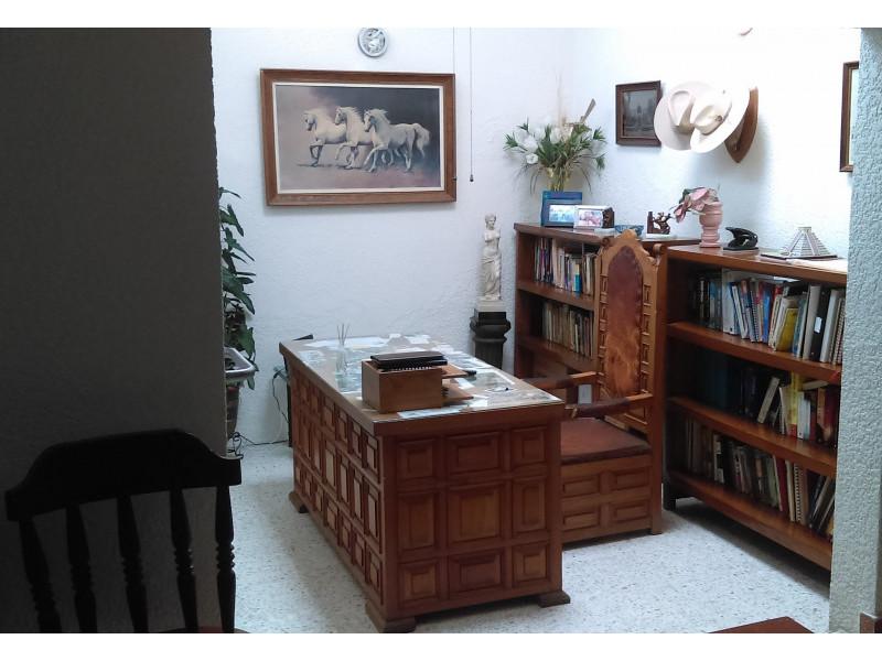 casa con habitación y baño completo en primer piso, estudio, terraza, a una cuadra del bosque los colomos, escrituracion inmediata, se aceptan crédito bancario 7