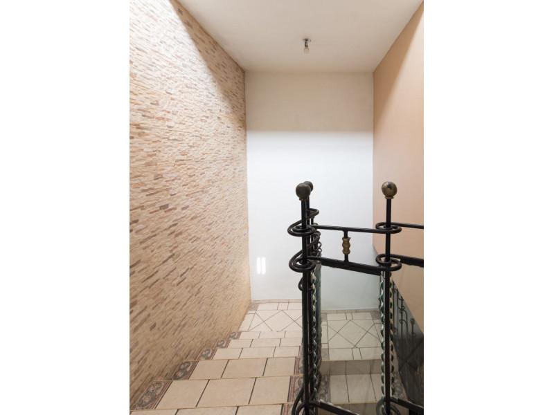 Bonita casa en Venta en Residencial San Elías, Guadalajara. La casa está construida en 2 niveles, cuenta con sala comedor cocina integral, cuarto de servicio, medio baño en planta baja, estudio, 2 recamaras con baño completo, la principal con vestidor amplio con espacio para blancos, cochera para 1 auto. Se queda con todos los accesorios, persianas, ventiladores y estufa. La casa mide 4 x 18, son 75 m2 de terreno y 120 m2 de construcción aprox. En excelente ubicación, cerca de Av. De los Normalistas, Monte San Elías, Sierra Leona, Av. Fidel Velázquez, Calzada Independencia, Av. Circunvalación, Periférico Norte, Estadio Jalisco, Parque Tucson, Macrobus. 6