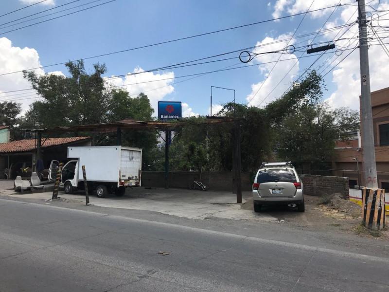 Local comercial de 312 m2 ubicado en Tlajomulco Centro, sobre Cto. Metropolitano Sur esquina con calle Juárez, (A un lado de Dulces de la Rosa), licencia de giro de restaurant bar pero abierto a cualquier tipo de comercio por su excelente ubicación.  6