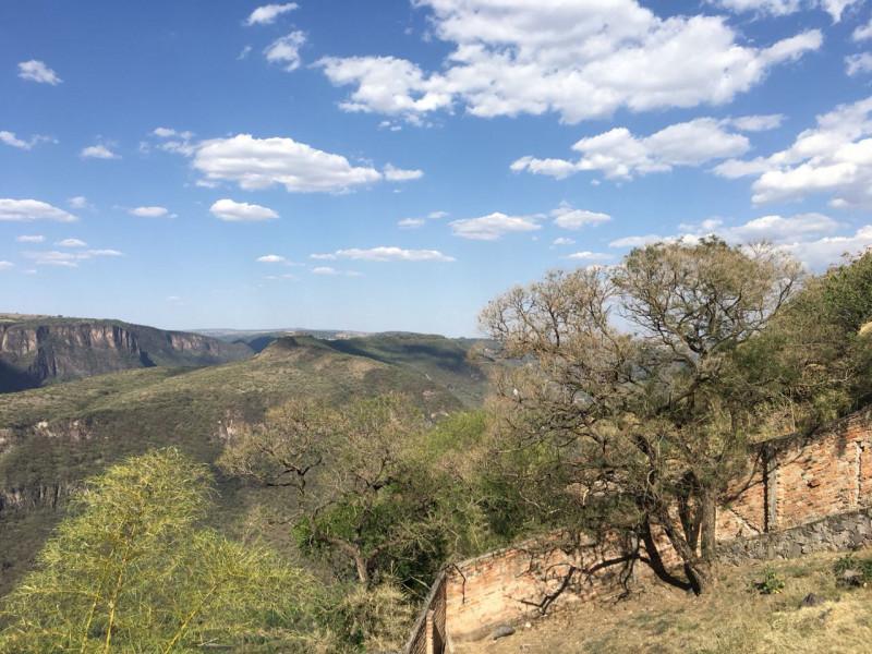 Excelente terreno con vista panorámica muy atractiva de la Barranca de Huentitán, sobre anillo periférico. 2,200 mts Ideal para casa de campo. Uso de suelo habitacional 6