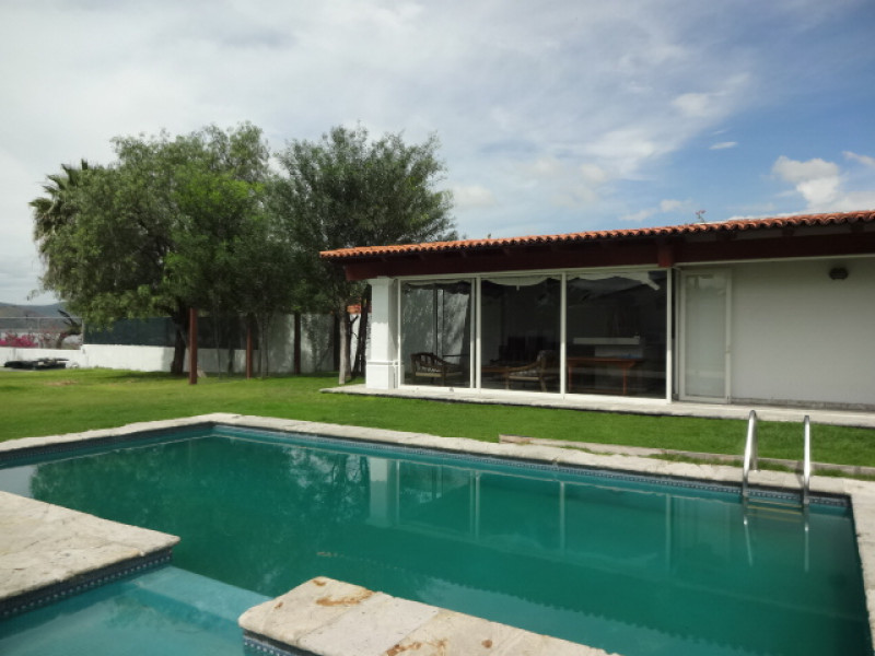 Terreno en Villa Corona, Jalisco. Frente a la laguna. Cuenta con una terraza, cocineta, 2 baños, alberca con chapoteadero y equipo, embarcadero con un pequeño muelle, cisterna de 10m3, bardas laterales y  3 bodegas. tel. para cita (33)15664050. 6