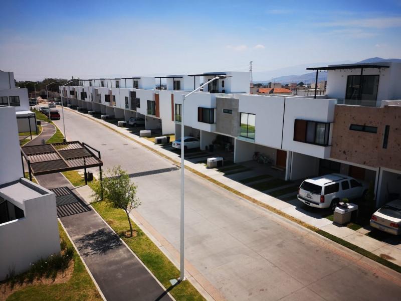 casa nueva en fraccionamiento de 273 casas coto  con  alberca pista de joggin ,terraza, gym,  zona infantil .  casa 3 recamaras,  con  aire acondicionado,  2.5  baños,  roof garden.  cocina equipada integral. 7