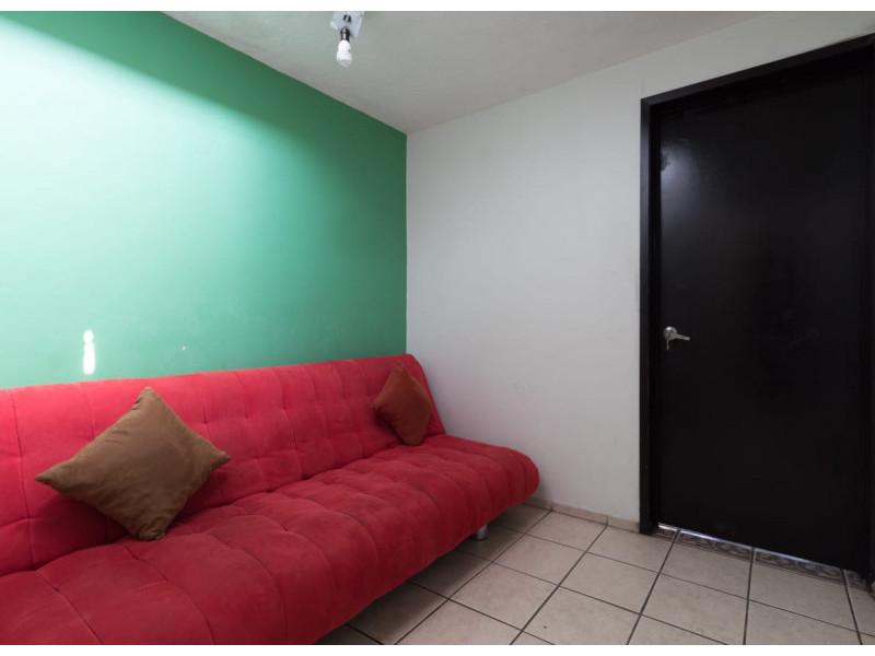 Bonita casa en Venta en Residencial San Elías, Guadalajara. La casa está construida en 2 niveles, cuenta con sala comedor cocina integral, cuarto de servicio, medio baño en planta baja, estudio, 2 recamaras con baño completo, la principal con vestidor amplio con espacio para blancos, cochera para 1 auto. Se queda con todos los accesorios, persianas, ventiladores y estufa. La casa mide 4 x 18, son 75 m2 de terreno y 120 m2 de construcción aprox. En excelente ubicación, cerca de Av. De los Normalistas, Monte San Elías, Sierra Leona, Av. Fidel Velázquez, Calzada Independencia, Av. Circunvalación, Periférico Norte, Estadio Jalisco, Parque Tucson, Macrobus. 7