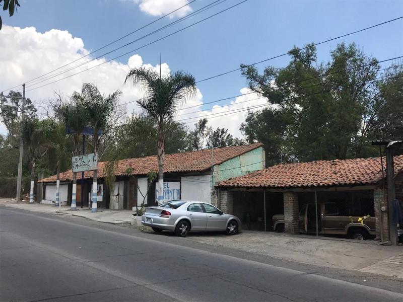 Local comercial de 312 m2 ubicado en Tlajomulco Centro, sobre Cto. Metropolitano Sur esquina con calle Juárez, (A un lado de Dulces de la Rosa), licencia de giro de restaurant bar pero abierto a cualquier tipo de comercio por su excelente ubicación.  7