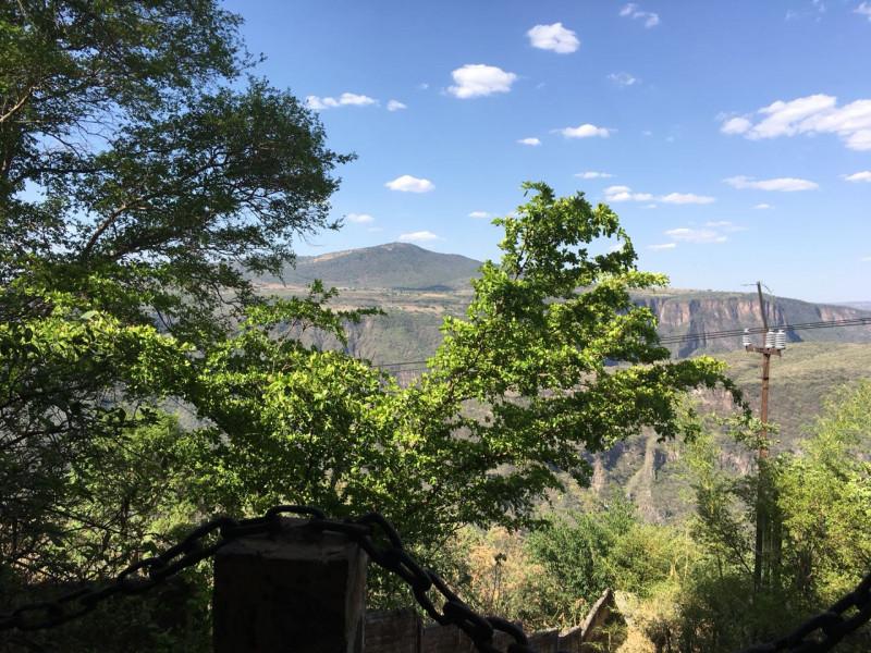Excelente terreno con vista panorámica muy atractiva de la Barranca de Huentitán, sobre anillo periférico. 2,200 mts Ideal para casa de campo. Uso de suelo habitacional 7