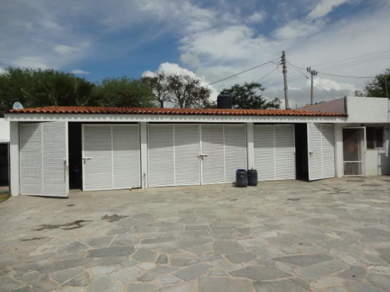 Terreno en Villa Corona, Jalisco. Frente a la laguna. Cuenta con una terraza, cocineta, 2 baños, alberca con chapoteadero y equipo, embarcadero con un pequeño muelle, cisterna de 10m3, bardas laterales y  3 bodegas. tel. para cita (33)15664050. 7