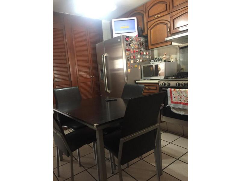 Casa en venta en colonia Loma Bonita con 4 recámaras, sala y comedor, cocina integral y terraza con techo abatible, cuenta con un cuarto de servicio con su baño completo y 2 lugares de estacionamiento dentro de cochera. 8