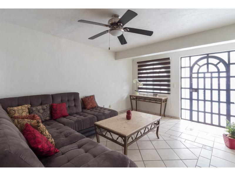 Bonita casa en Venta en Residencial San Elías, Guadalajara. La casa está construida en 2 niveles, cuenta con sala comedor cocina integral, cuarto de servicio, medio baño en planta baja, estudio, 2 recamaras con baño completo, la principal con vestidor amplio con espacio para blancos, cochera para 1 auto. Se queda con todos los accesorios, persianas, ventiladores y estufa. La casa mide 4 x 18, son 75 m2 de terreno y 120 m2 de construcción aprox. En excelente ubicación, cerca de Av. De los Normalistas, Monte San Elías, Sierra Leona, Av. Fidel Velázquez, Calzada Independencia, Av. Circunvalación, Periférico Norte, Estadio Jalisco, Parque Tucson, Macrobus. 8