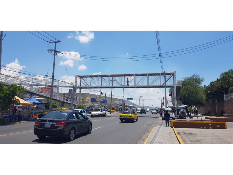 Increíbles Locales en RENTA, en Plaza Santa Fe, Tlajomulco de Zuñiga con ubicación privilegiada con alto flujo vehicular y peatonal.   Local 10 en Planta Alta $16,000 con 100 M2 Local 5 en Planta Baja $35,000 con 100 M2 Local 6 en Planta Baja $50,000 con 150 M2 Tiene una apertura al final detrás de las escaleras  8